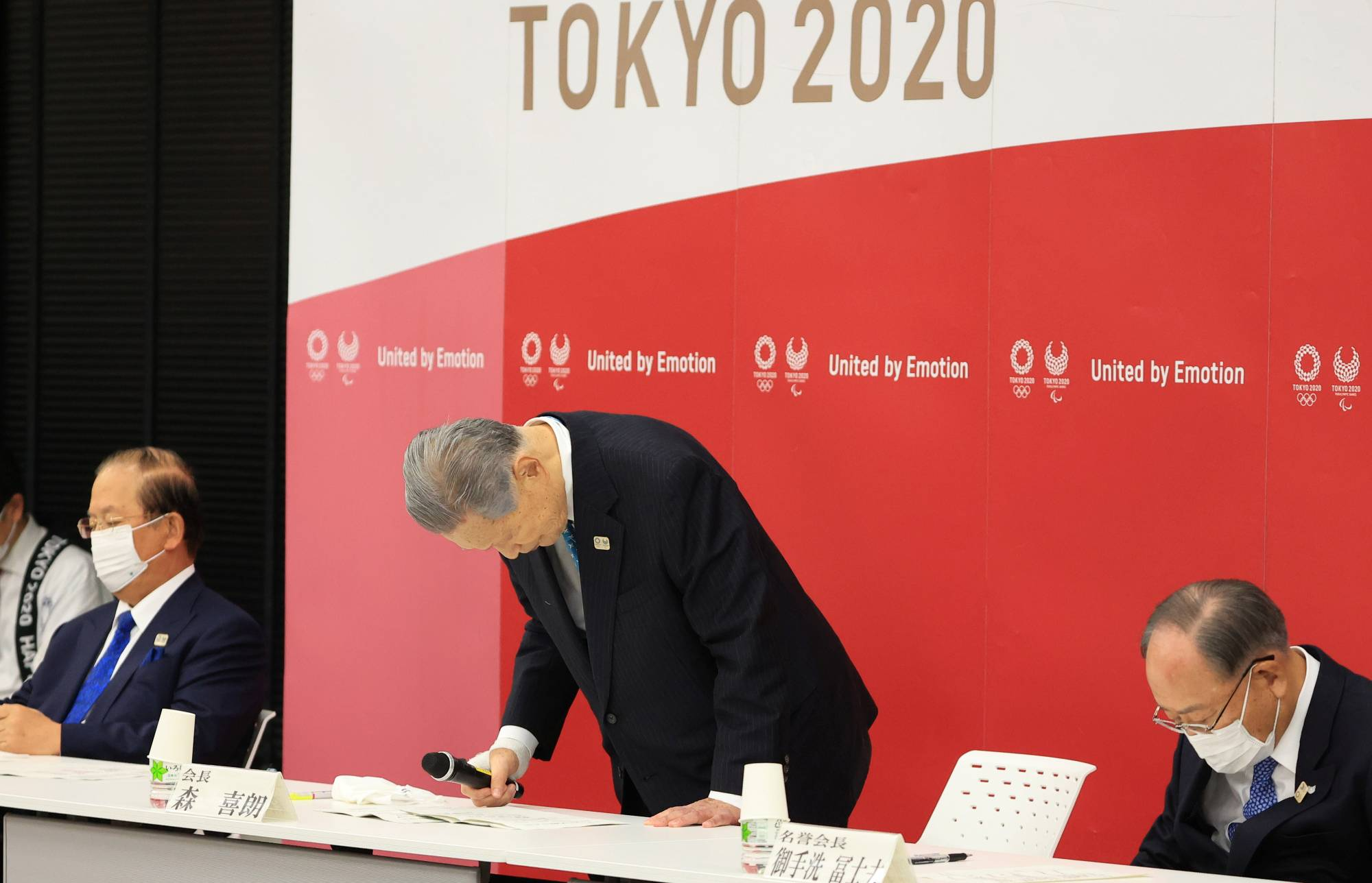 Yoshiro Mori, president of the Tokyo Organizing Committee of the Olympic and Paralympic Games, announces his resignation Friday at the committee headquarters in Tokyo. | POOL / VIA REUTERS