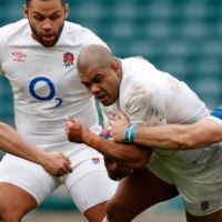 England's Kyle Sinckler (second from right) tries to avoid being tackled by Italy's Michele Lamaro (left) and Luca Biga (right) during their match in London on Saturday. | AFP-JIJI