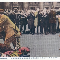 Prince Hirohito lays a wreath at the Great War memorial in Whitehall, London, in 1921. | FROM THE COLLECTION OF STEVE SUNDBERG (OLDTOKYO.COM)