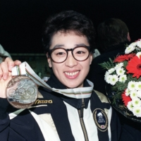 Speed skater Seiko Hashimoto shows off her bronze medal in the 1,500-meter speed skating event at the 1992 Winter Olympics in Albertville, France, on Feb. 13, 1992. | KYODO