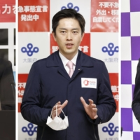 Hyogo Gov. Toshizo Ido (left), Osaka Gov. Hirofumi Yoshimura (center) and Kyoto Gov. Takatoshi Nishiwaki have asked the central government to lift the coronavirus state of emergency at the end of the month for their prefectures.