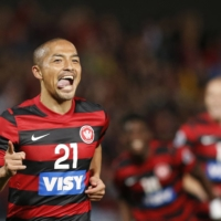 Shinji Ono, seen playing Australia's Western Sydney in 2014, is one of several players in their 40s still plying their trade for J. League clubs. | AFP-JIJI