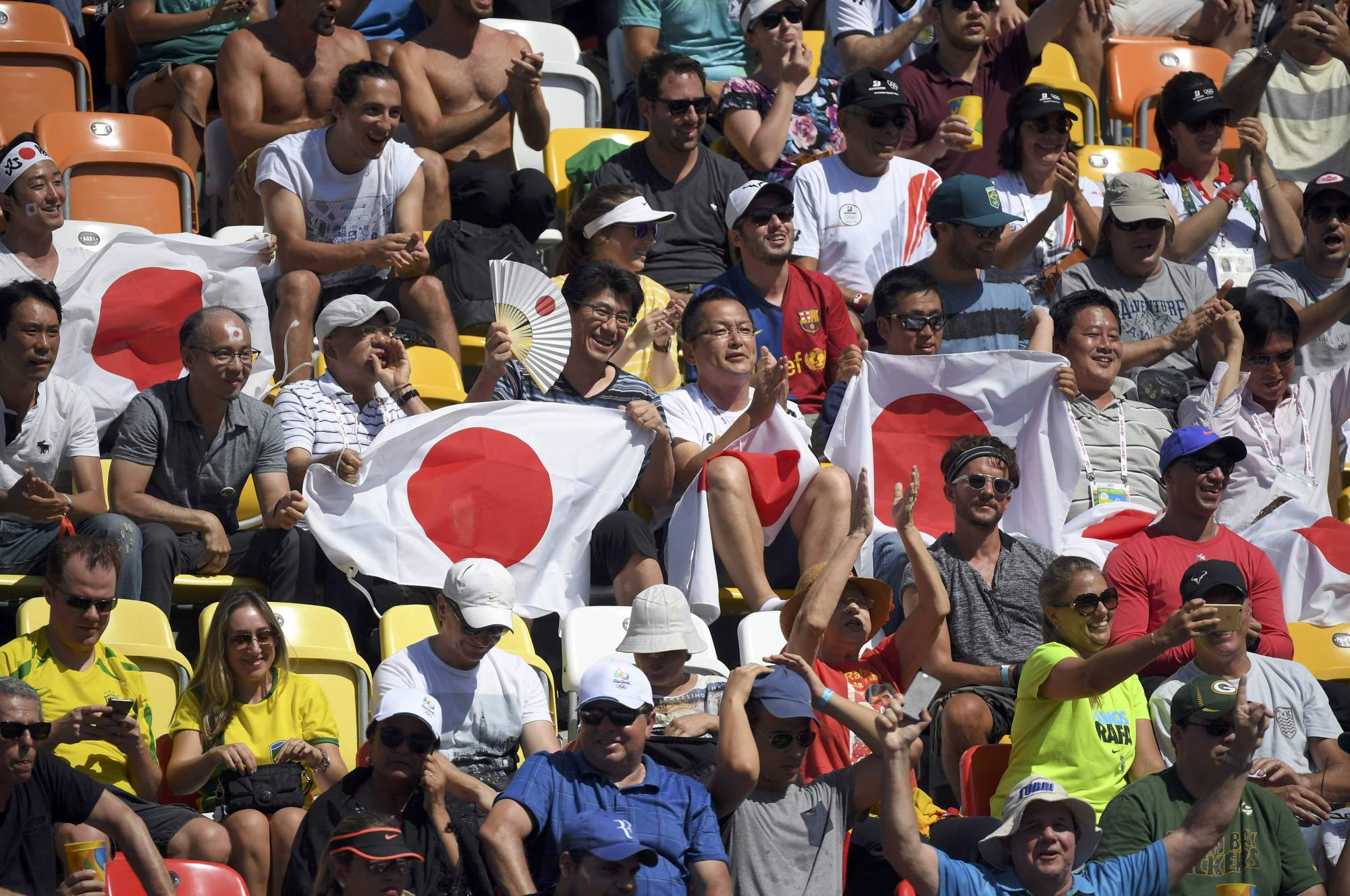 Fans cheer during a match between Kei Nishikori and Britain's Andy Murray at the Rio Olympics on Aug. 13, 2016, in Rio de Janiero. | REUTERS