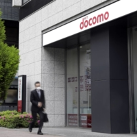 NTT Docomo will lower its new 20-gigabyte monthly mobile plan to ¥2,700. | BLOOMBERG