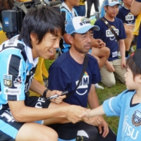 Frontale captain Kengo Nakamura greets a young fan during the Takata Smile Festival in Rikuzentakata, Iwate Prefecture, on July 3, 2016. | KYODO
