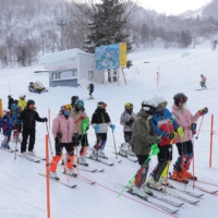 The Sapporo Teine ski resort is seeing an increase in local visitors amid the COVID-19 pandemic. | HOKKAIDO SHIMBUN