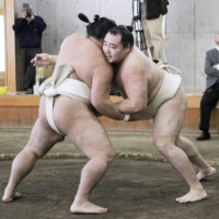 <i>Yokozuna</i> Kakuryu may miss fifth straight tournament due to injury