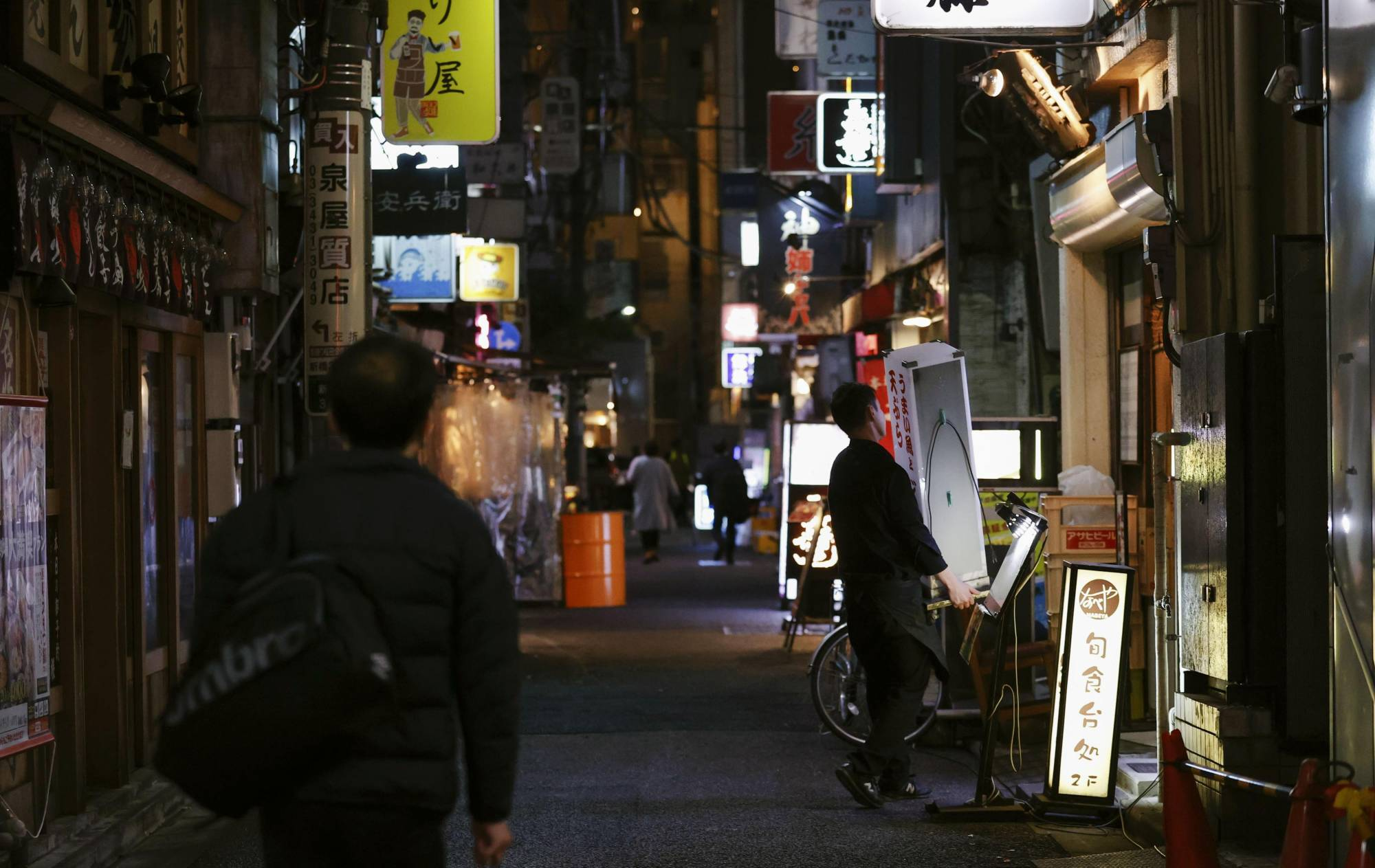Few people are seen at restaurants and bars in Tokyo's Shimbashi district on March 3 as the Tokyo area remains under a state of emergency. | KYODO