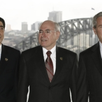 (From left) Prime Minister Shinzo Abe, Australian Prime Minister John Howard and U.S. President George W. Bush attend a working breakfast around the time of the 2007 APEC summit in Sydney. Bush attended all of the APEC summits during his time as president. | REUTERS