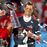 Tom Brady signs extension with Buccaneers