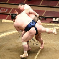Hakuho cruises to 2-0 at Spring Grand Sumo Tournament
