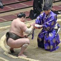 Hakuho pulls out of spring meet, will miss two months after surgery