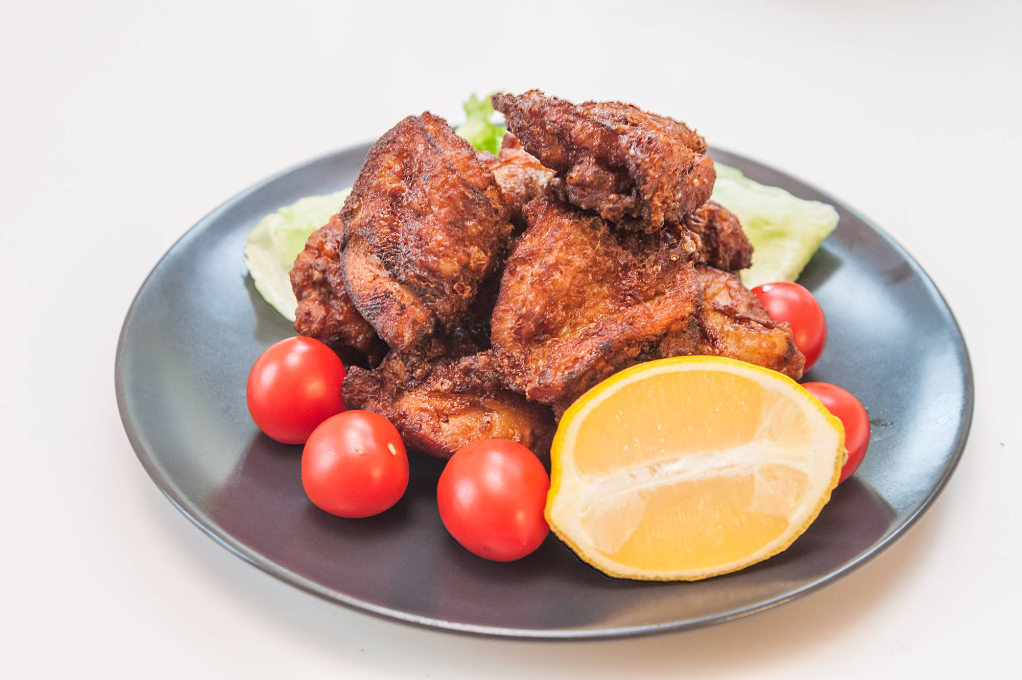 Double-fried: Zangi (Hokkaido-style fried chicken) is marinated in a slightly sweet sauce. Top with lemon juice when serving. | MAKIKO ITOH