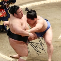Ozeki Takakeisho (left) is forced out by Wakatakakage in their Day 3 bout. | NIKKAN SPORTS