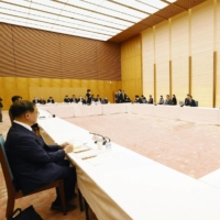 Private-sector members of Japan's Fiscal and Economic Policy Council are expected to urge that the government raise regional minimum wages to shore up local economies. | KYODO
