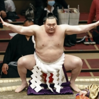 Hakuho recovering after Friday knee surgery