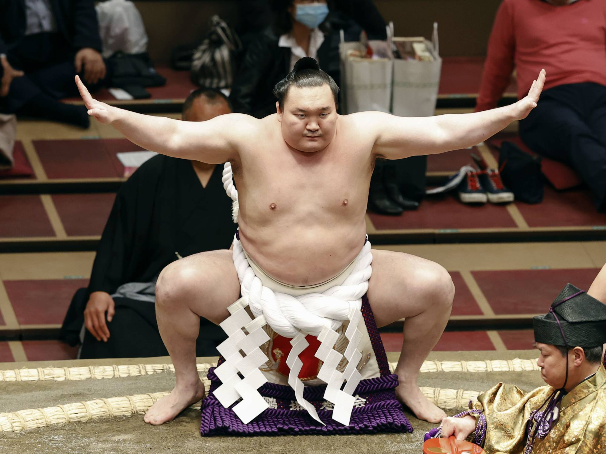 Hakuho pulled out of the ongoing Spring Basho after just two matches due to swelling in his right knee. | KYODO
