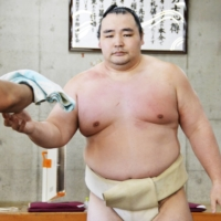 Yokozuna Kakuryu, a six-time Emperor's Cup winner, has retired after missing the past five tournaments due to injuries. | KYODO