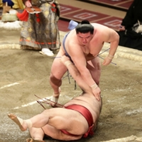 Takayasu's lead cut to one after loss on Day 11