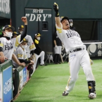 Nobuhiro Matsuda and the Hawks have their sights set on a second straight pennant and fifth straight Japan Series title. | KYODO