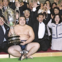 Kakuryu celebrates after winning his first top-division title in March 2014. | KYODO