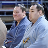 Kakuryu (right) often found himself overshadowed by fellow Mongolian-born yokozuna Hakuho. | KYODO