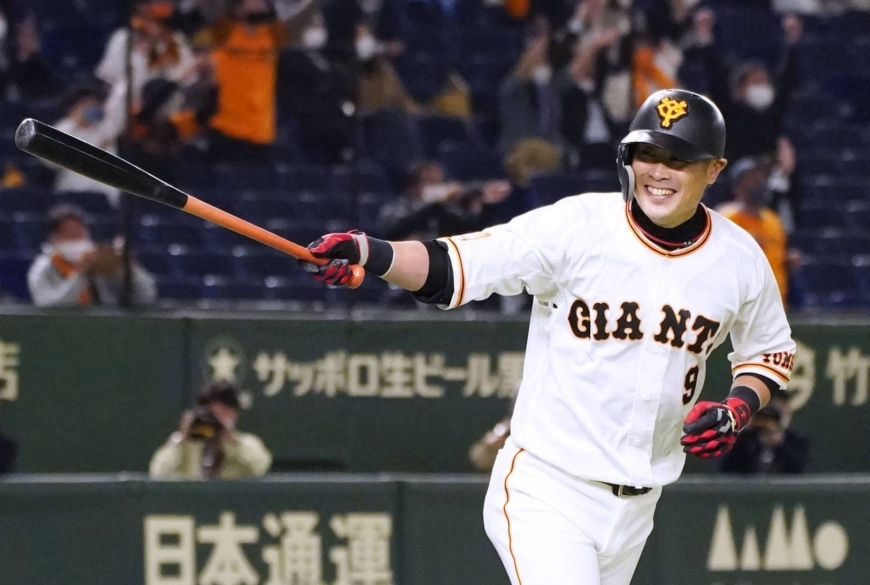 The Giants' Yoshiyuki Kamei begins to celebrate after hitting a game-winning home run against the BayStars at Tokyo Dome on Friday. | KYODO