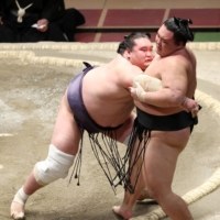 Terunofuji moves to brink of third title