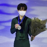 Yuma Kagiyama poses with his silver medal after the men's free skate in Stockholm.  | TT NEWS AGENCY / VIA REUTERS