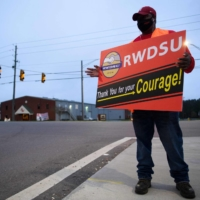 Union organizer Steve, who declined to give his last name, campaigns outside an Amazon warehouse in Bessemer, Alabama, on Saturday.  | AFP-JIJI