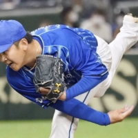 The BayStars' Yasuaki Yamasaki pitches against the Giants during the seventh inning at Tokyo Dome on Sunday. | KYODO