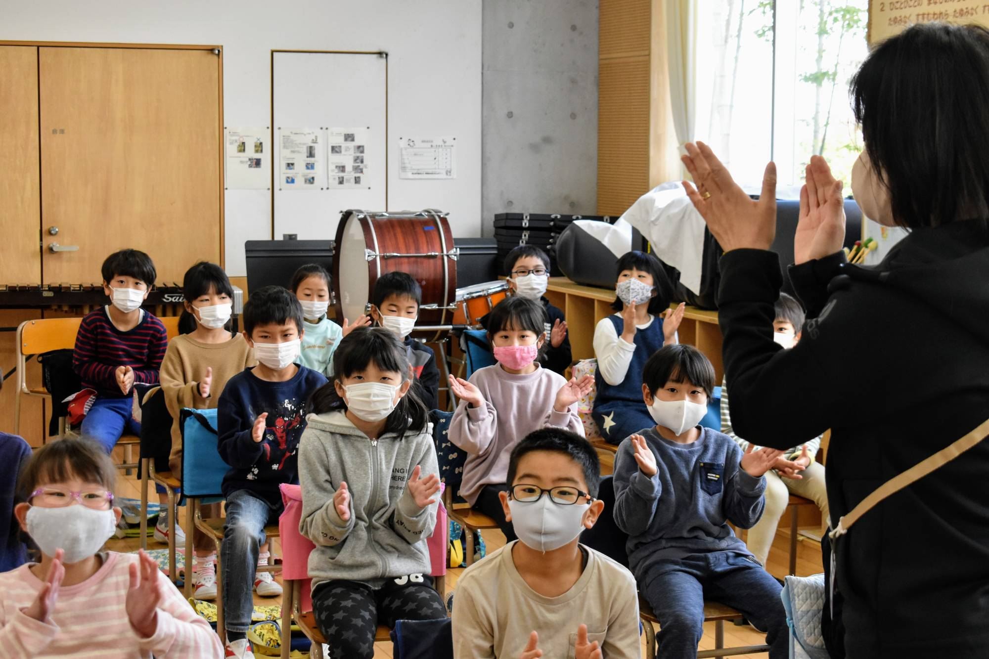 Students at Funabori Elementary School in Edogawa Ward, Tokyo, clap their hands during a music class in March. Singing is not allowed to prevent the spread of COVID-19. | TOMOHIRO OSAKI