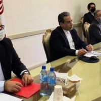 Iran Deputy Foreign Minister Abbas Araghchi (center) attends a virtual meeting with the Joint Commission on Iran's nuclear program in Tehran on Friday.  | IRANIAN FOREIGN MINISTRY / VIA AFP-JIJI