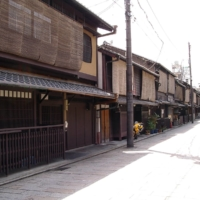 The number of kyomachiya houses in Kyoto dropped to about 40,000 in fiscal 2016, down roughly 15% since surveys began in fiscal 2009. | MOJA / CC BY-SA 3.0