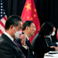 Yang Jiechi (center), office director of the Central Foreign Affairs Commission, and Wang Yi (second from left), Chinese foreign minister, meet with their U.S. counterparts in Anchorage, Alaska on March 18.  |  POOL / VIA AFP-JIJI