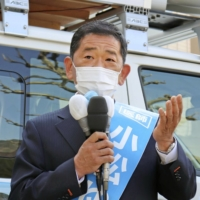 Liberal Democratic Party candidate Yutaka Komatsu, backed by the Komeito party, delivers a blocked speech in Nagano on Thursday.
