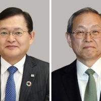 Toshiba Corp. President and CEO Nobuaki Kurumatani (left) has stepped down and will be succeeded by Chairman Satoshi Tsunakawa. | KYODO