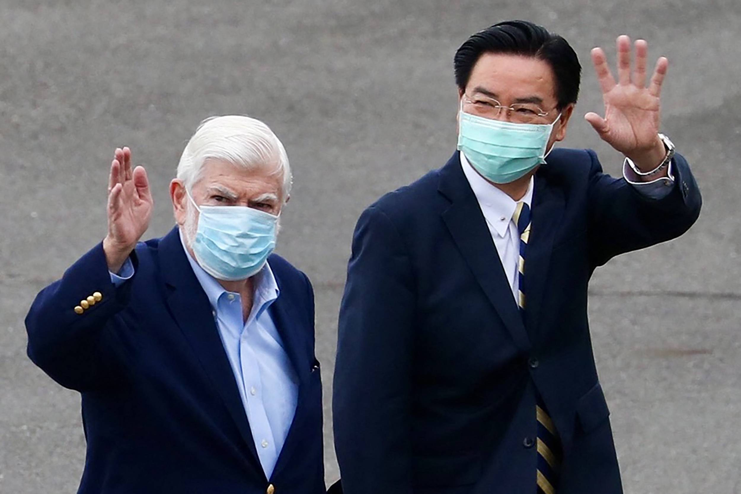 Former U.S. Sen. Christopher Dodd (left) and Taiwan Foreign Minister Joseph Wu at Songshan Airport in Taipei on Wednesday | TAIWAN MINISTRY OF FOREIGN AFFAIRS / VIA AFP-JIJI