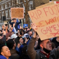 Chelsea fans hold up signs against the proposed Super League on Tuesday. | AFP-JIJI