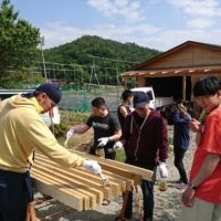 Local volunteers and students from Yamanashi Prefectural University help out at Obina Hops farm in Kofu.  | COURTESY OF DAVE PRUCHA