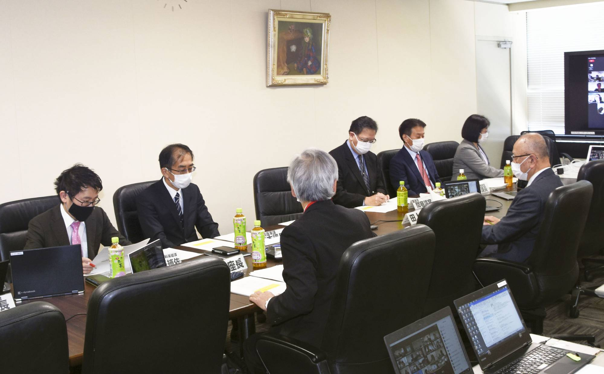A panel of experts appointed by the health ministry meets Friday. The panel has approved a plan to allow dentists to administer COVID-19 vaccines if there are not enough doctors. | KYODO