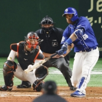 Chunichi's Dayan Viciedo hits a two-run home run during the fifth inning of the Dragons' win over the Giants at Tokyo Dome on Saturday. | KYODO