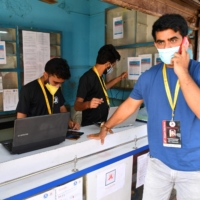 As the government struggles to tackle the COVID-19 pandemic, young Indians like Shanawaz Shaikh have stepped into the breach, setting up apps to crowdsource aid, delivering key supplies and using social media to direct resources to people in need. | AFP-JIJI