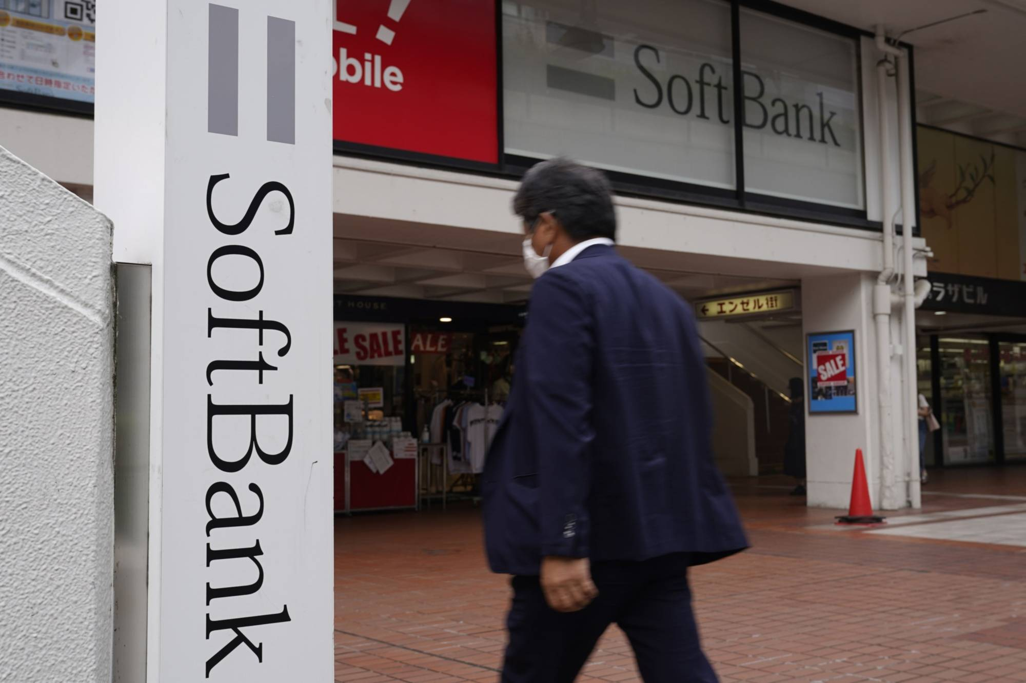 SoftBank Corp. has filed a damages suit against a former employee and its rival Rakuten Mobile Inc.   BLOOMBERG