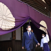 Abe rallies conservative base amid speculation over comeback