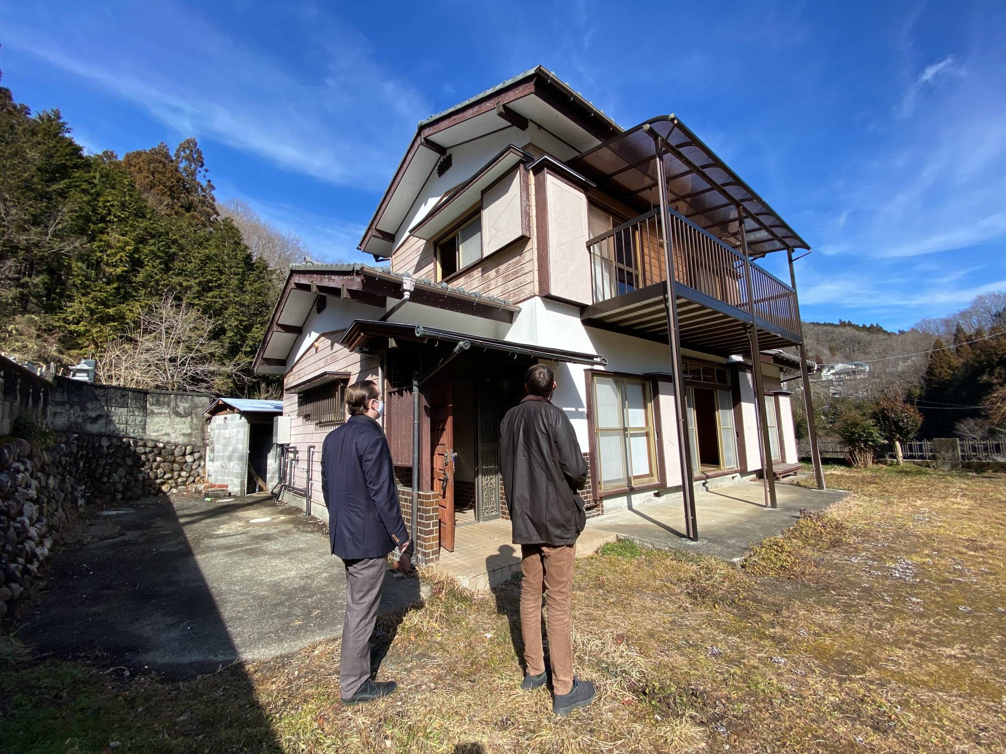 Imagining the future: Matthew Ketchum of Akiya & Inaka, a company focused on helping non-Japanese residents find  empty homes in the countryside, shows a client a building in Kanagawa Prefecture in January. | COURTESY OF MATTHEW KETCHUM