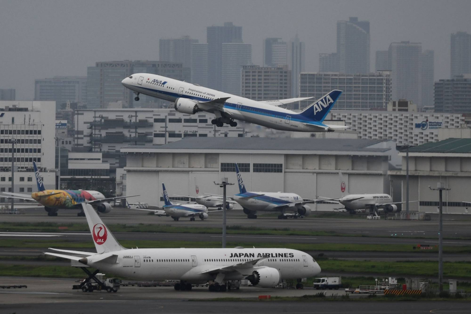 Japan's two major airlines, ANA Holdings Inc. and Japan Airlines Co., are looking to the low-cost carrier market as they continue to burn through cash and cut costs to stay afloat.   BLOOMBERG