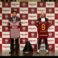 Vissel owner Hiroshi Mikitani and midfielder Andres Iniesta pose with uniforms commemorating the latter's contract extension. | VISSEL KOBE
