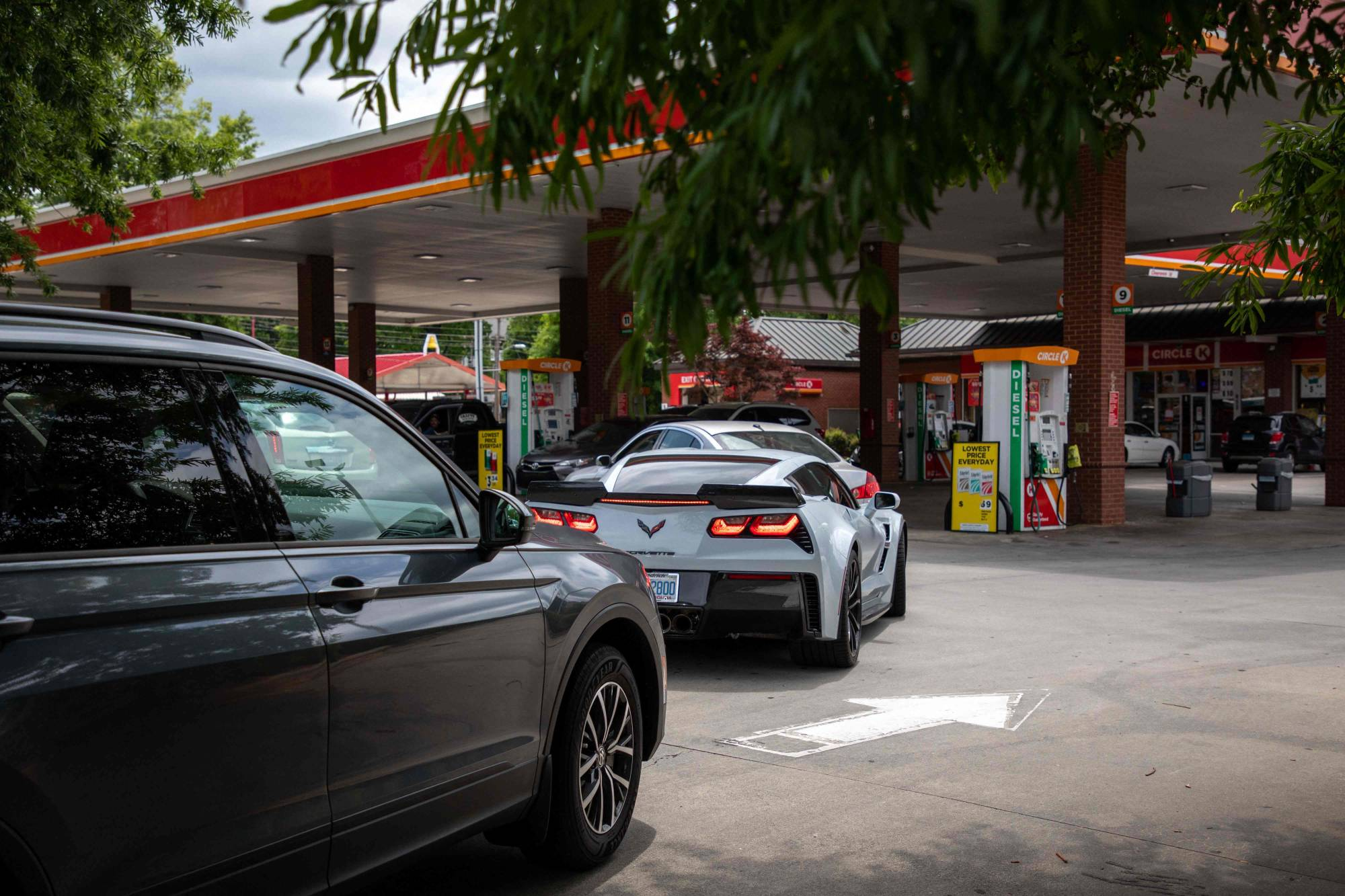 Cars line up to fill their gas tanks at a Circle K near uptown Charlotte, North Carolina, on Tuesday.   AFP-JIJI