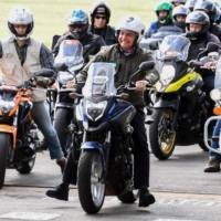Brazil's President Jair Bolsonaro rides a motorcycle as he leads a caravan of more than 1,000 bikers to celebrate Mother's Day in Brasilia on Sunday.   AFP-JIJI